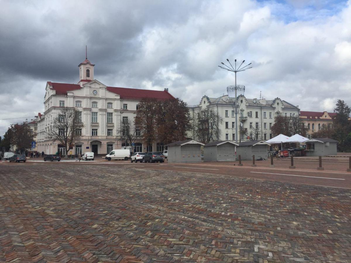 Центр площі укладено автентичною бруківкою, яка буде своєрідною візитівкою Чернігова / фото УНІАН