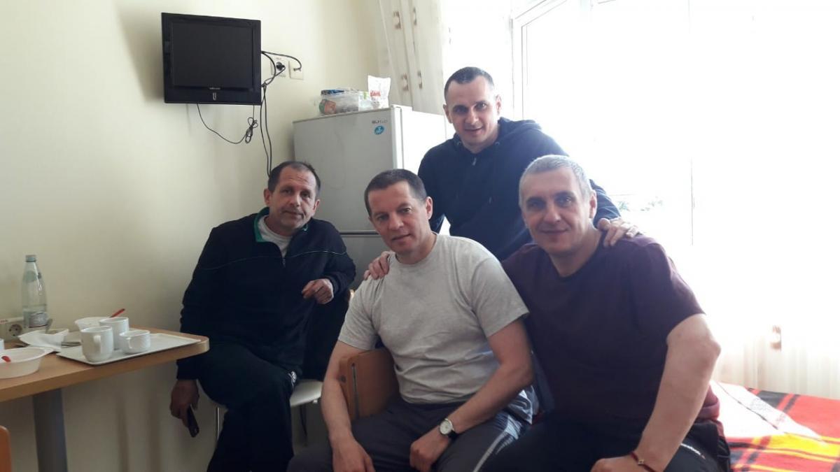 Олег Сенцов відвідав у лікарні колишніх політв'язнів / фото facebook.com/oleg.sentsov