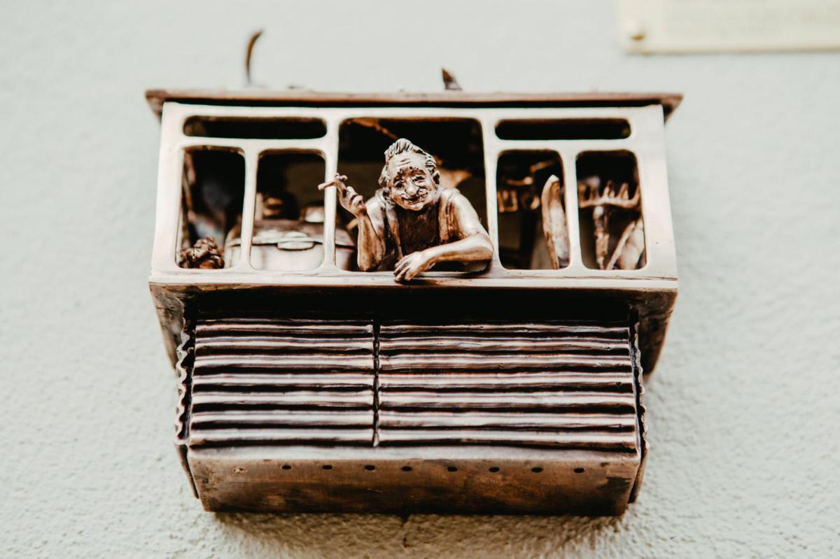 В Киеве появилась мини-скульптура, посвященная захламленному балкону
