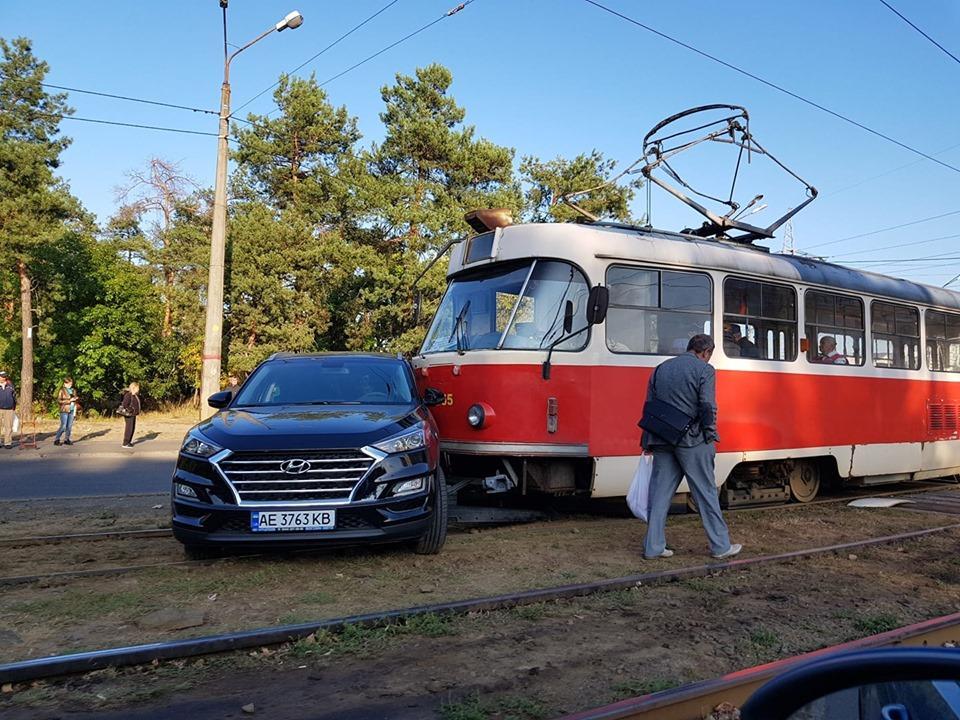 """На """"Лісовій"""" у Києві жінка врізалася у трамвай / фото Facebook"""