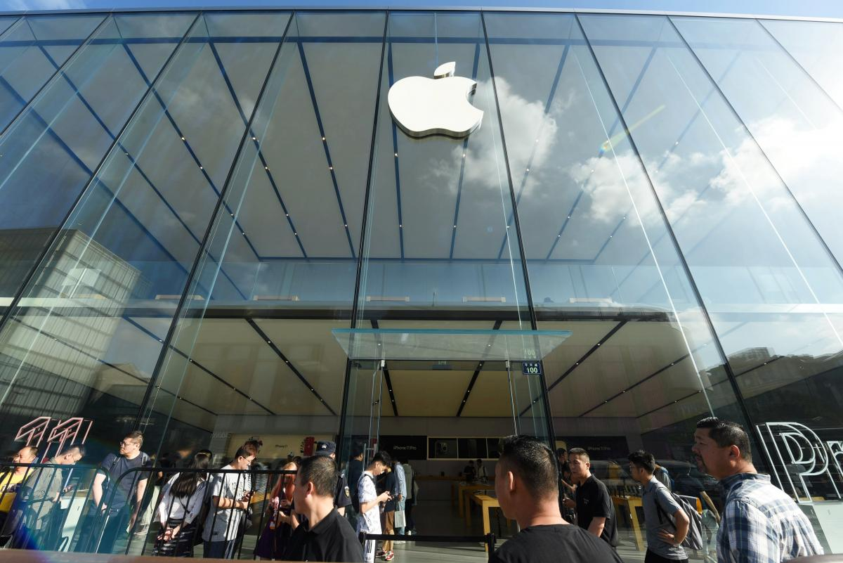 Модель iPhone 12 mini виявилася слабкою ланкою / Ілюстрація REUTERS