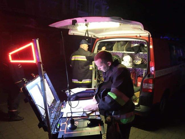 Спасатели эвакуировали более 90 человек, из которых 7 больных в тяжелом состоянии и 11 работников госпиталя / фото dsns.gov.ua