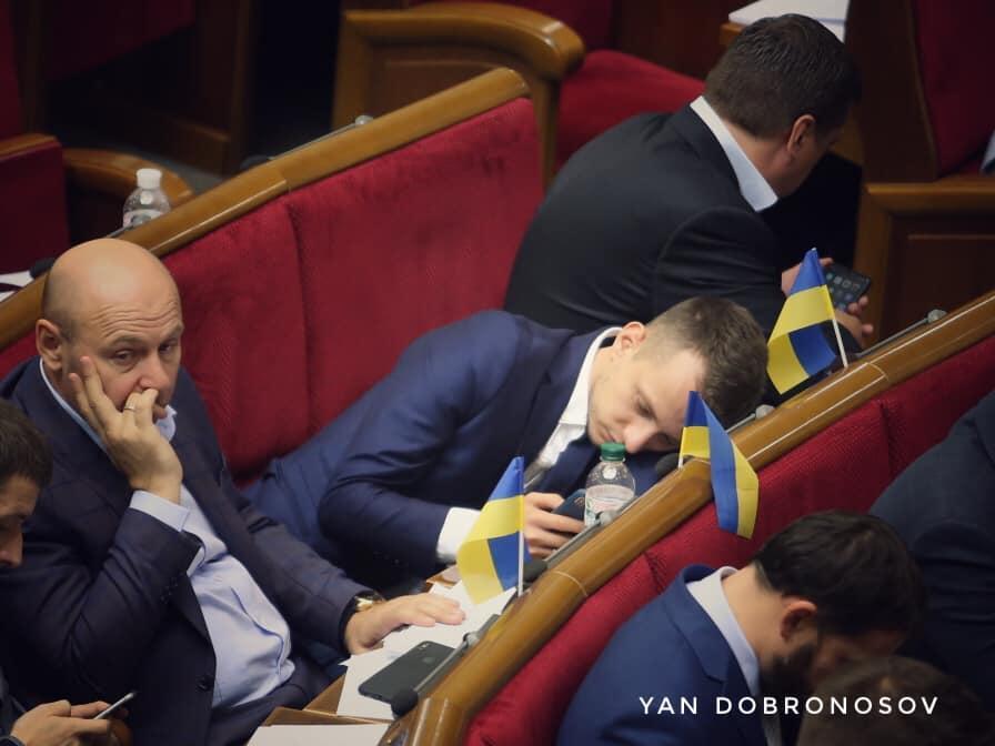 """Користувачі соцмережі припустили, що депутат """"боронив"""" телефон від """"всюдисущих камер"""" журналістів / facebook.com/yan.dobronosov"""