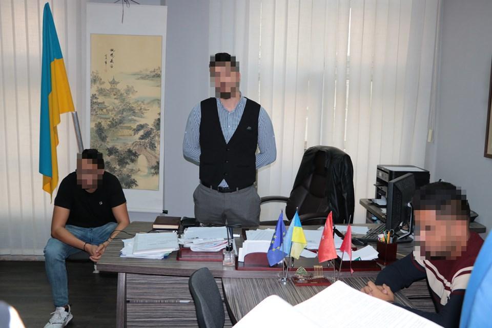 У Харкові на систематичних хабарах від іноземних студентів викрито посадовця вишу / фото УСБУ в Харківській області
