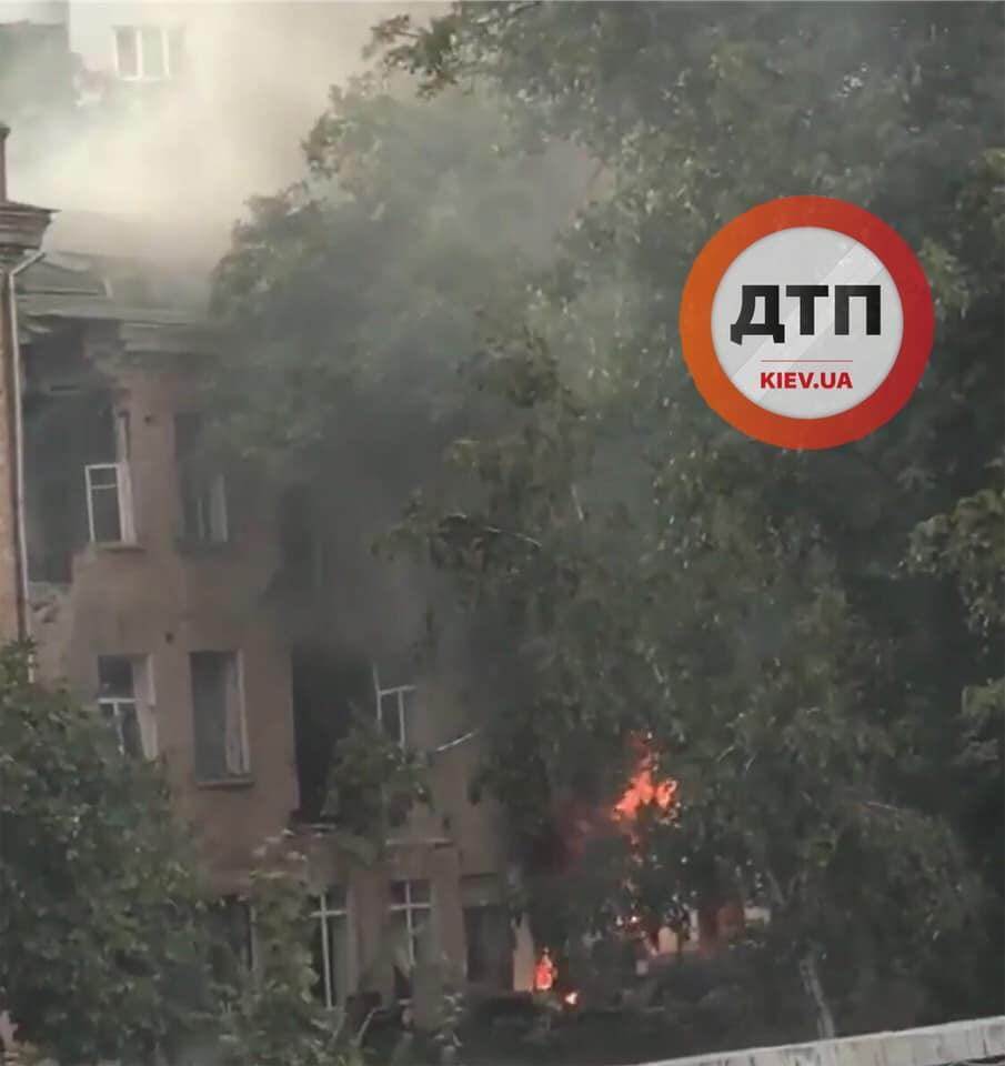 У Києві сталася пожежа у покинутому будинку / фото dtp.kiev.ua