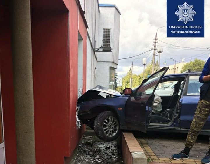 Водій врізався у вітрину лотерейного закладу / фото facebook.com/patrolpolicecv