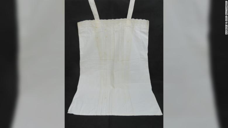 Ночная рубашка стоит 2600 фунтов стерлингов / фото аукционный дом Humbert & Ellis