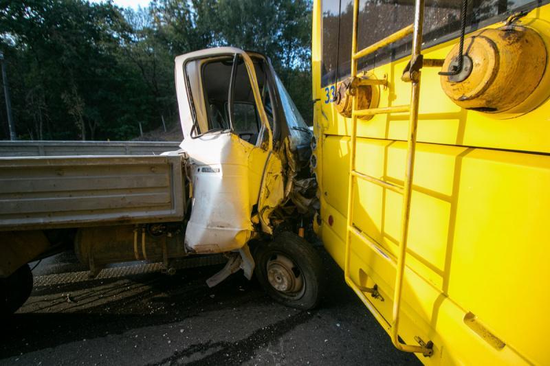 Вантажівку занесло, і він протаранив громадський транспорт / фото kiev.informator.ua
