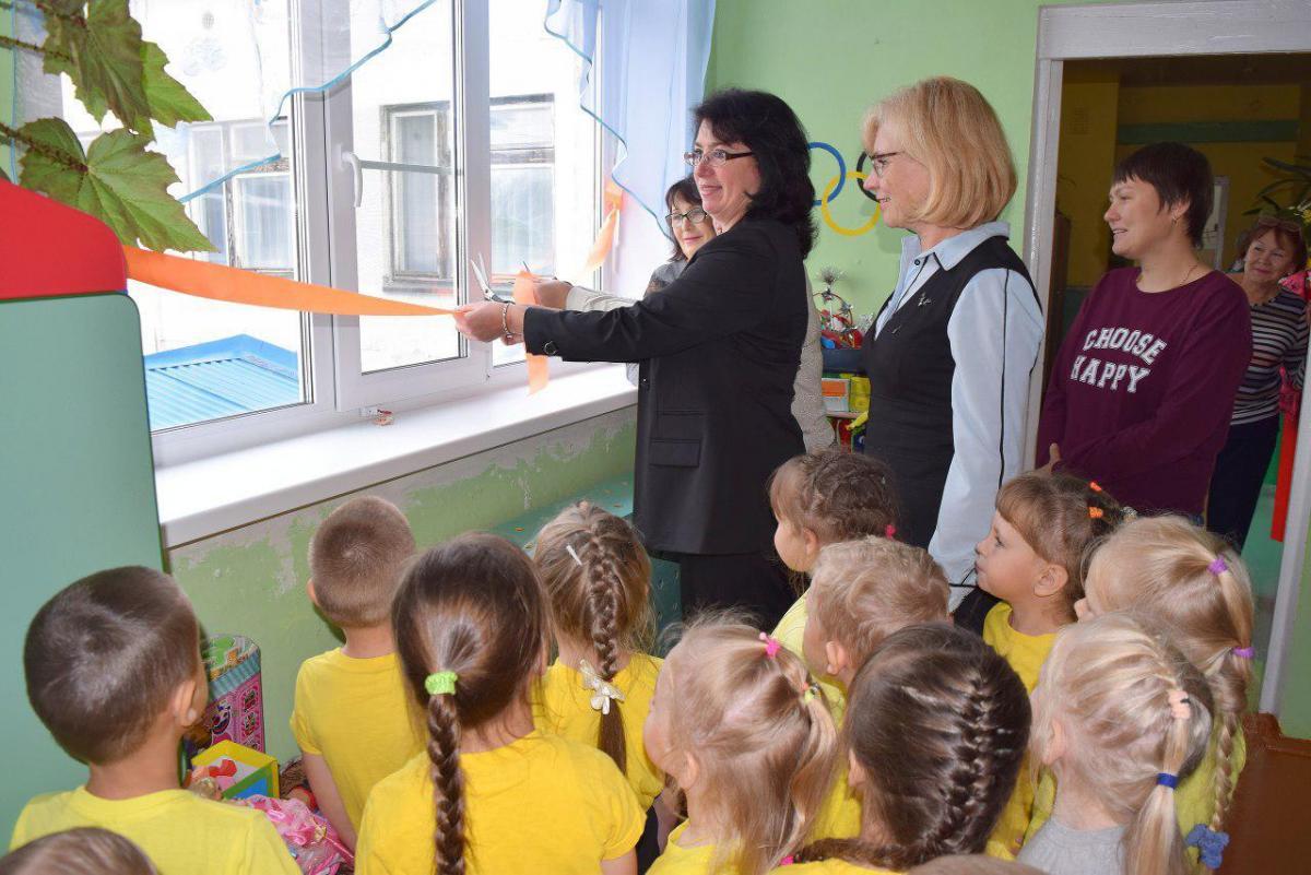 Перед детьми перерезали ленточку, нацепленнуюк стенам возле окна / фото t.me/lentachold