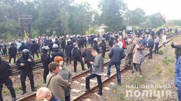 Поліція розігнала активістів, які блокували російське вугілля / фото Нацполіція