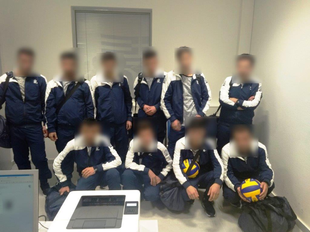 Сирийские мигранты выдавали себя за волейбольную команду из Украины / фото astynomia.gr