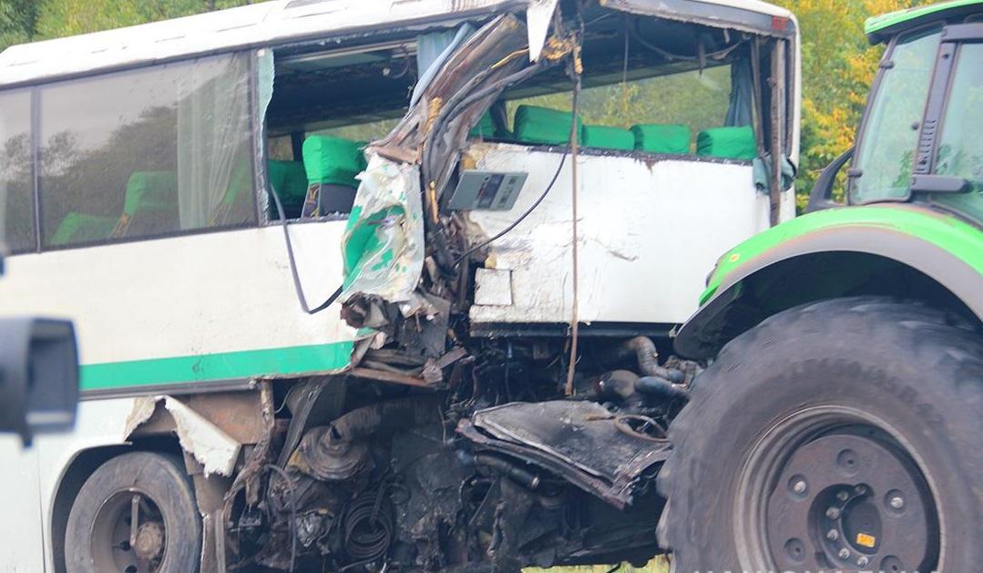 Грузовик влетел в автобус / фото: zt.npu.gov.ua