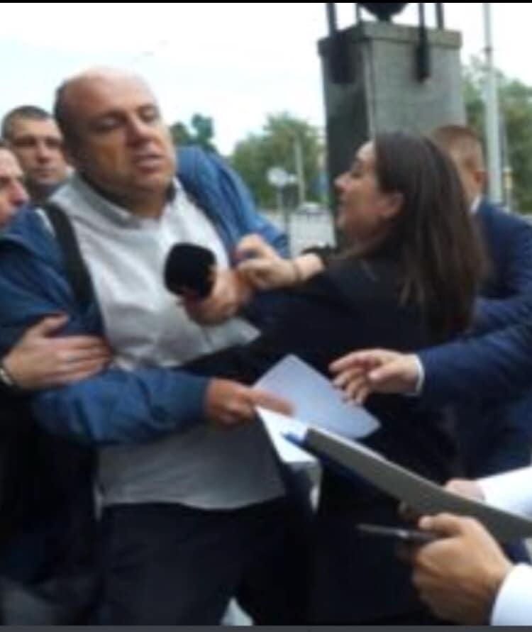 Мендель оттолкнула журналиста / facebook.com/mixailotkach