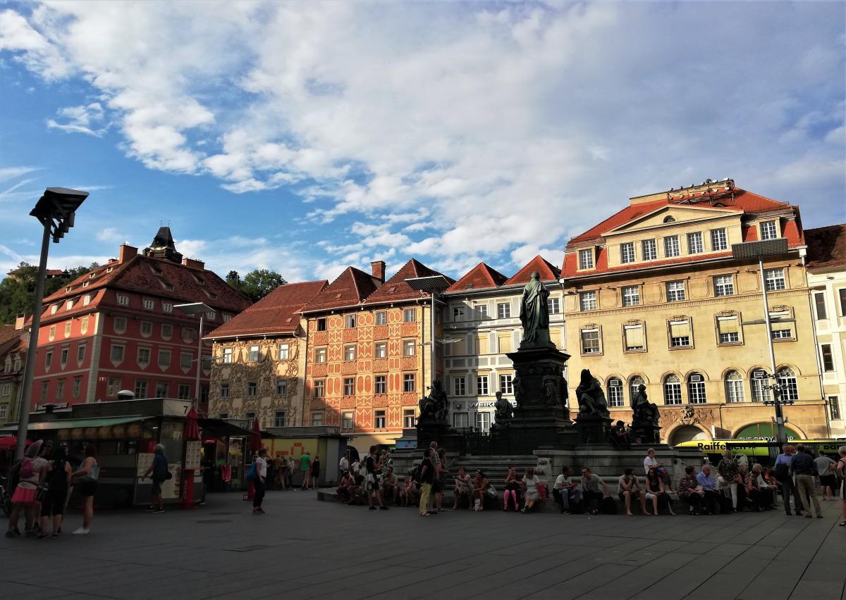 Фонтан на площади возле ратуши Граца - главная точка сбора туристов и горожан / Фото Марина Григоренко