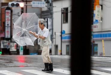 """Тайфун """"Факсай"""" в Японії: тисячі людей залишаються без електроенергії, оголошена евакуація"""