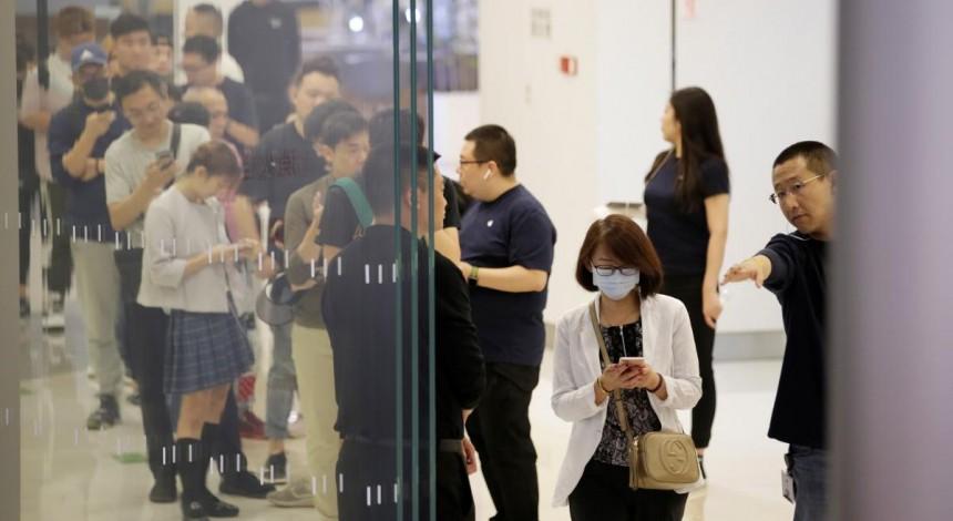 У магазинов Apple традиционные очереди: начались продажи нового поколения iPhone (фото)