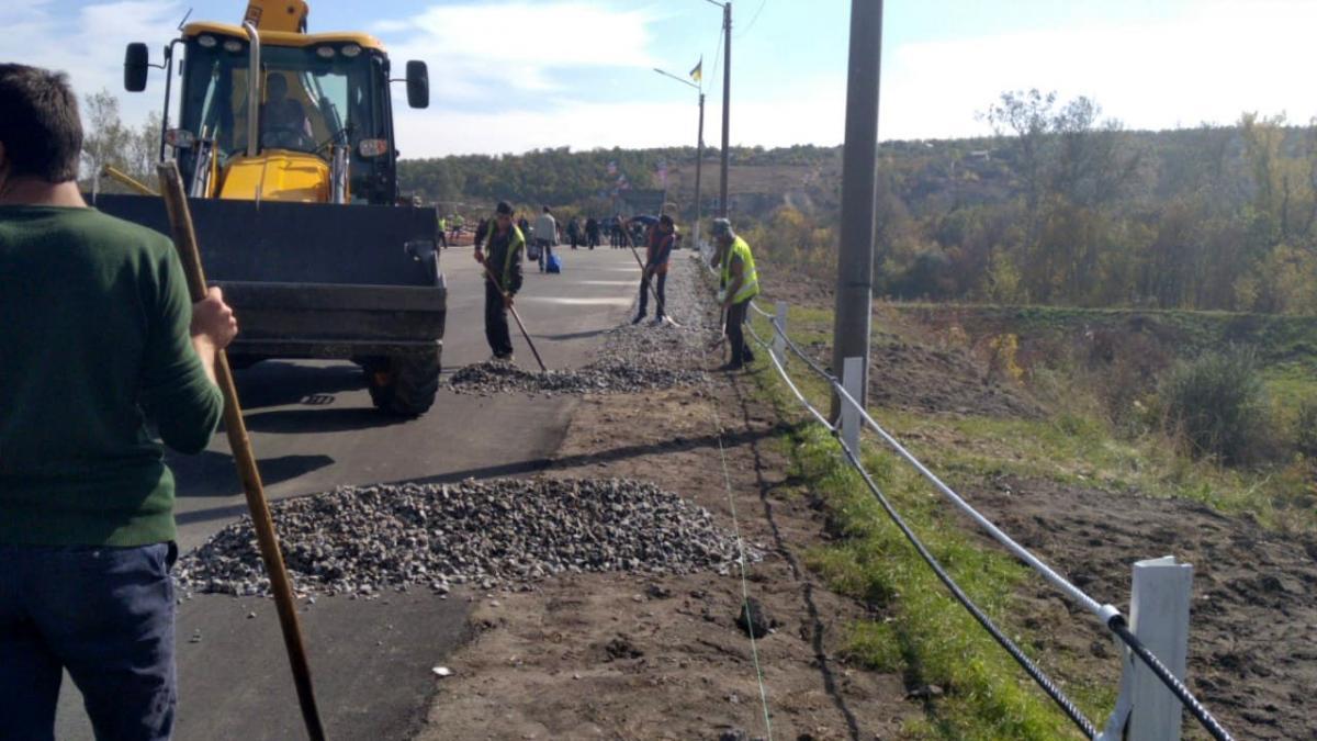 Вчера там устанавливали столбики для разделения пешеходной части дороги и полосы, по которой курсирует автобус/ фото: ООС