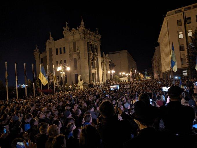 Возле ОПУ собралось около двух тысяч человек / фото twitter.com/impolite_sirius