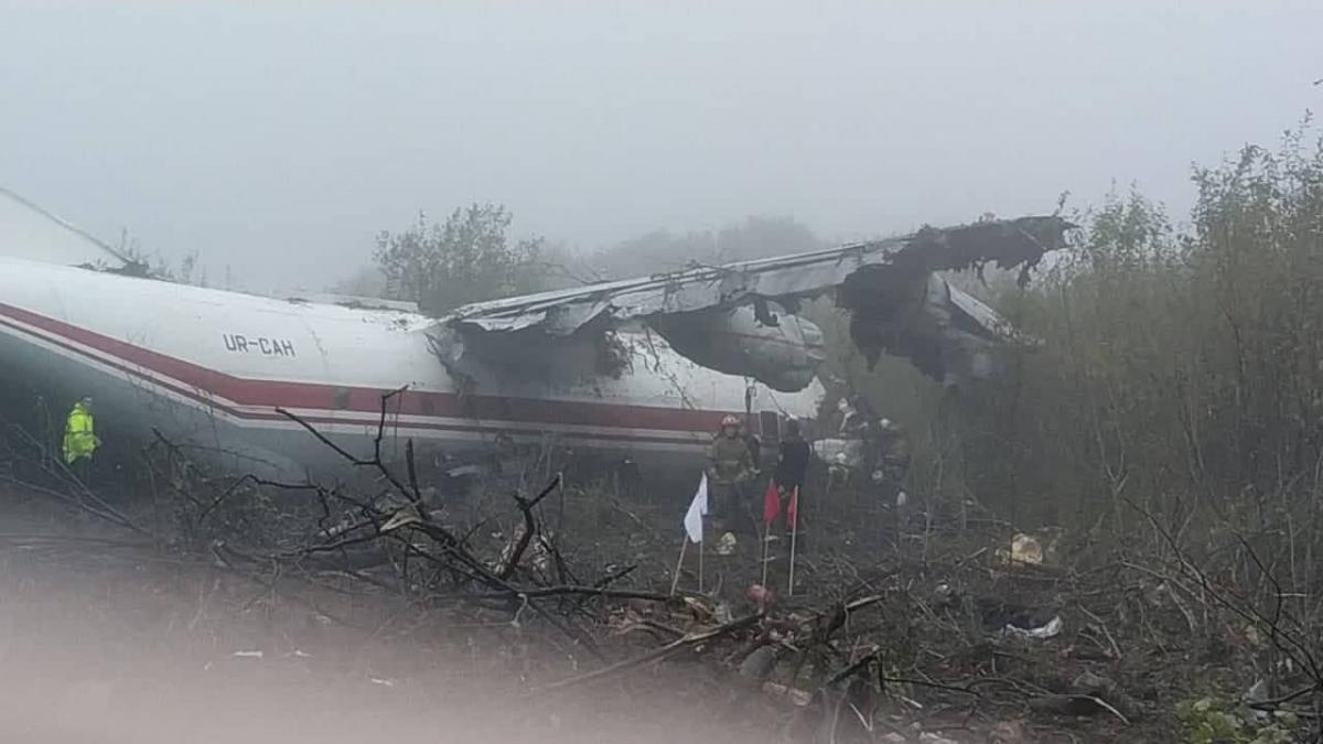 Возле Львова совершил аварийную посадку Ан-12 / фото lv.dsns.gov.ua