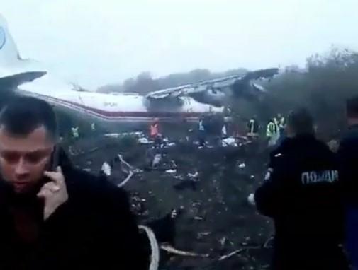 На кадрах видно, что самолет получил серьезные повреждения/ скриншот из видео
