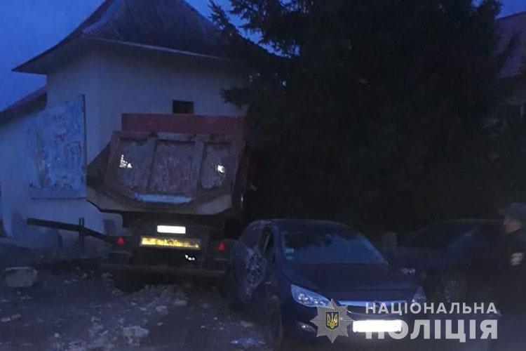 Автомобиль протаранил еще и припаркованное авто марки Opel / фото Нацполіція