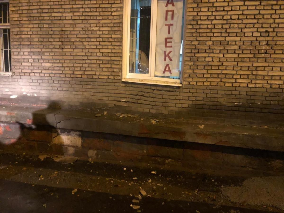На первом этаже здания, где размещалась аптека, образовались трещины на стенах / фото ГСЧС