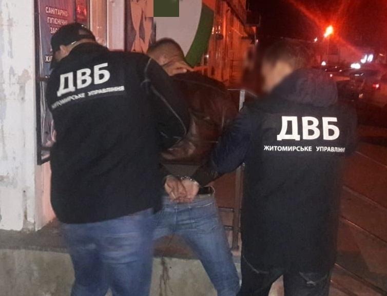 Вместо борьбы с наркотиками полицейский ими торговал / фото: Нацполиция