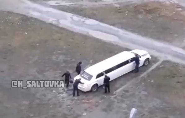 Автомобіль довелося виштовхувати п'ятьом чоловікам / скріншот
