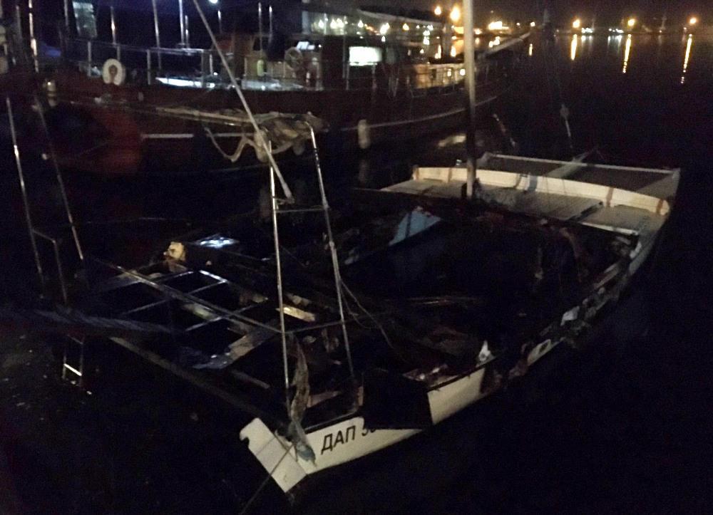 Огонь охватил 30 кв. яхты / фото: ГСЧС Одесской области