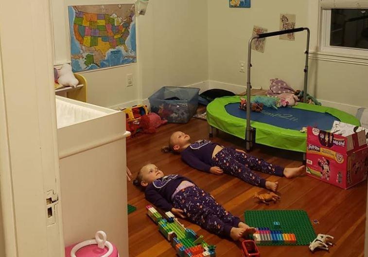 Женщина обманула детей, что пижамы нужно заряжать, просто лежа неподвижно / facebook.com/jessica.taylor.507