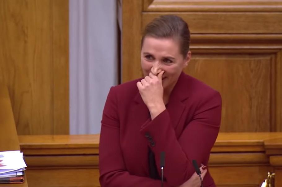 Премьер Дании пытается не смеяться во время выступления в парламенте / Скриншот - TV-Uploads