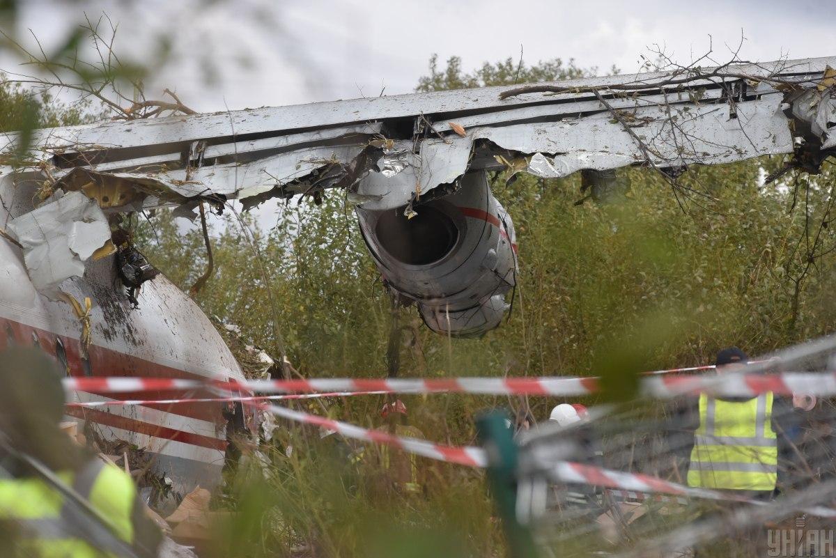 Транспортний літак Ан-12 здійснив аварійну посадку поблизу Львова 4 жовтня / фото УНІАН