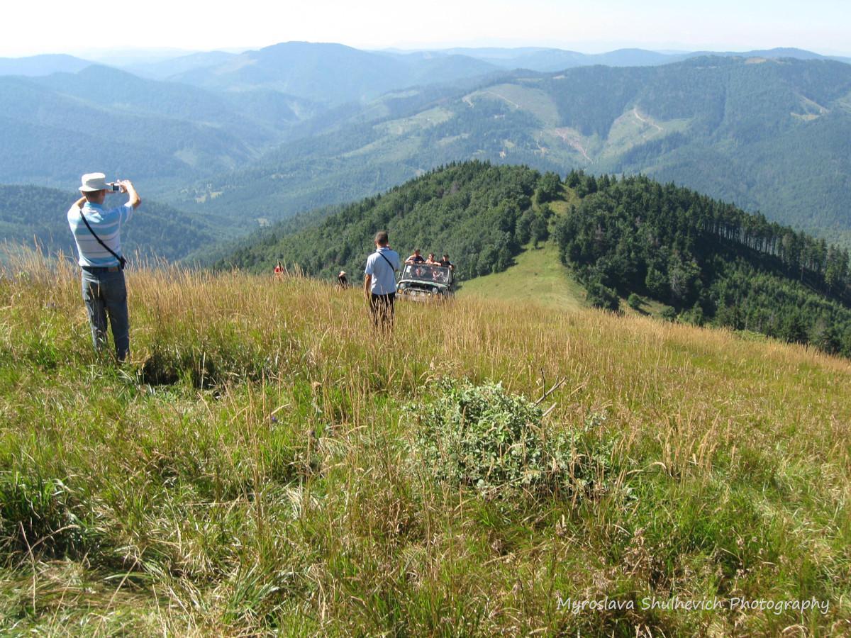 Місцеві екстремали добираються на гору машинами / фото Myroslava Shulhevich