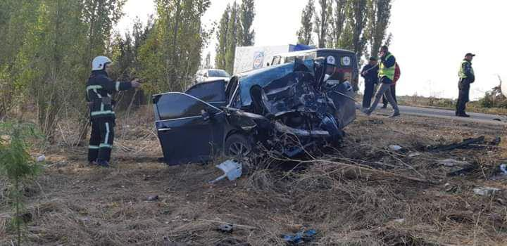Тоуота, в которой ехали полицейские, столкнулась с Lexus / фото ГУ ГСЧС в Николаевской области