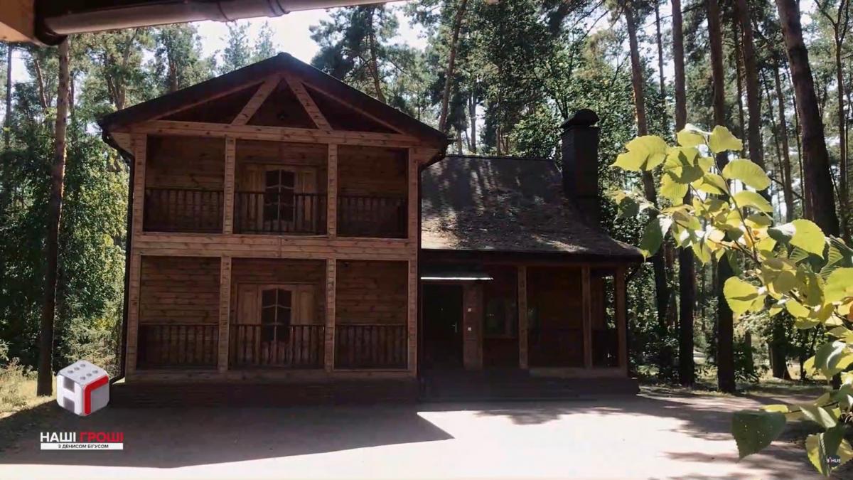 Двоповерховий котедж складається з п'яти кімнат і має меблі, сантехніку, посуд / фото facebook.com/max.nefyodov