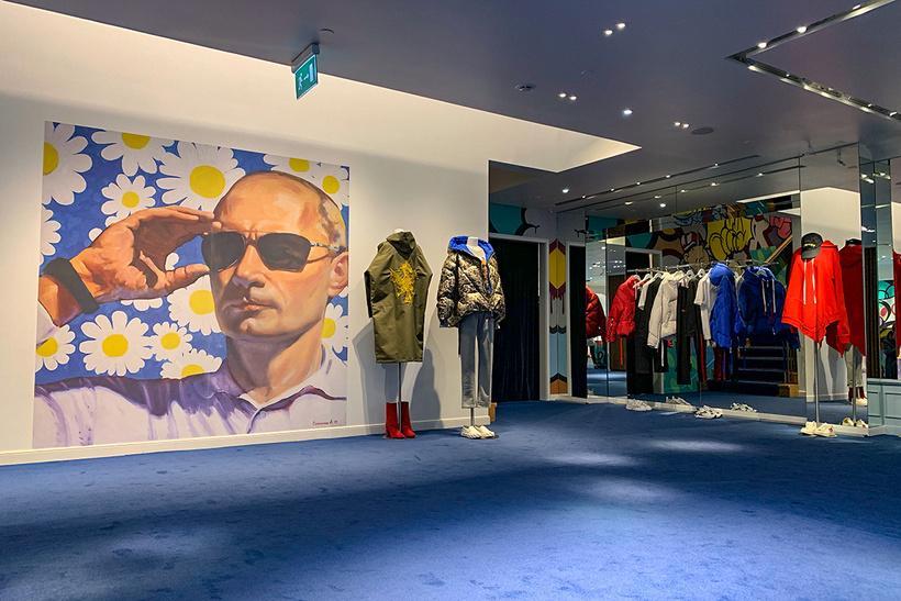 На одной из стен разместили большой портрет Путина на фоне ромашек / Forbes Russia