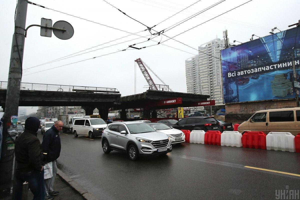 Работы на Шулявском мосту идут днем и ночью / фото УНИАН