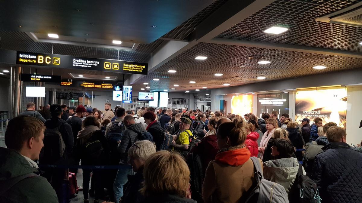 Пасажири застрягли в аеропорту з вини його працівників / фото: facebook.com/alex.gluschenko