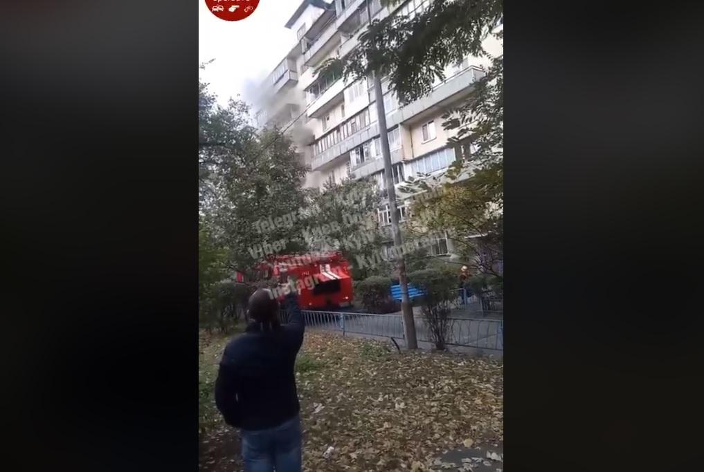 У Києві палає багатоповерхівка / Скріншот — Facebook, Київ оперативний