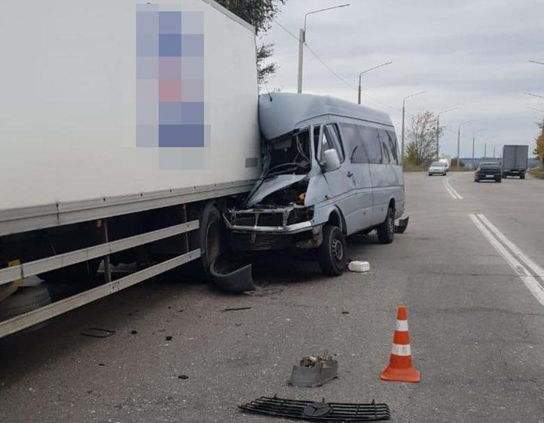 Водитель маршрутки совершил столкновение с грузовиком / фото: zp.npu.gov.ua