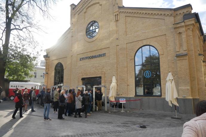 """Возле здания бывшего завода """"Арсенал"""", где ныне расположен FoodMarket, собираются журналисты / фото Украинская правда"""