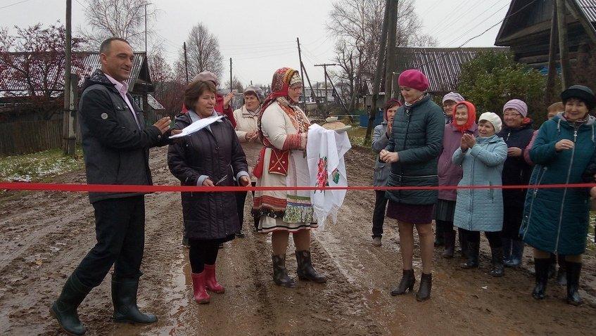 У Росії зі стрічкою такороваєм відкрили грунтові дороги / vk.com