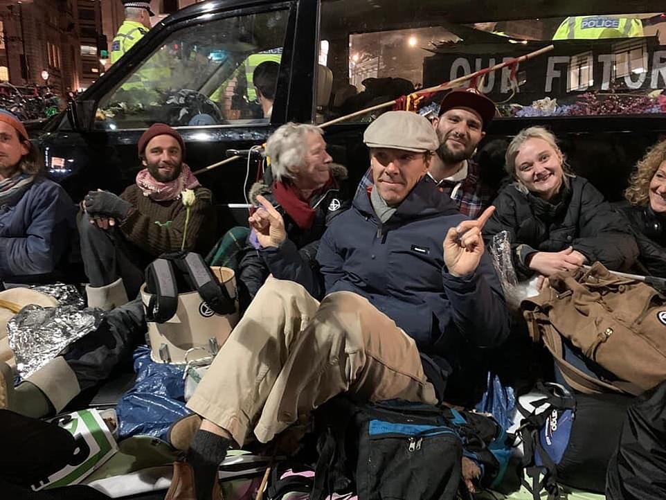 """Активисты на три дня """"оккупировали"""" лондонский аэропорт / dailymail.co.ru"""