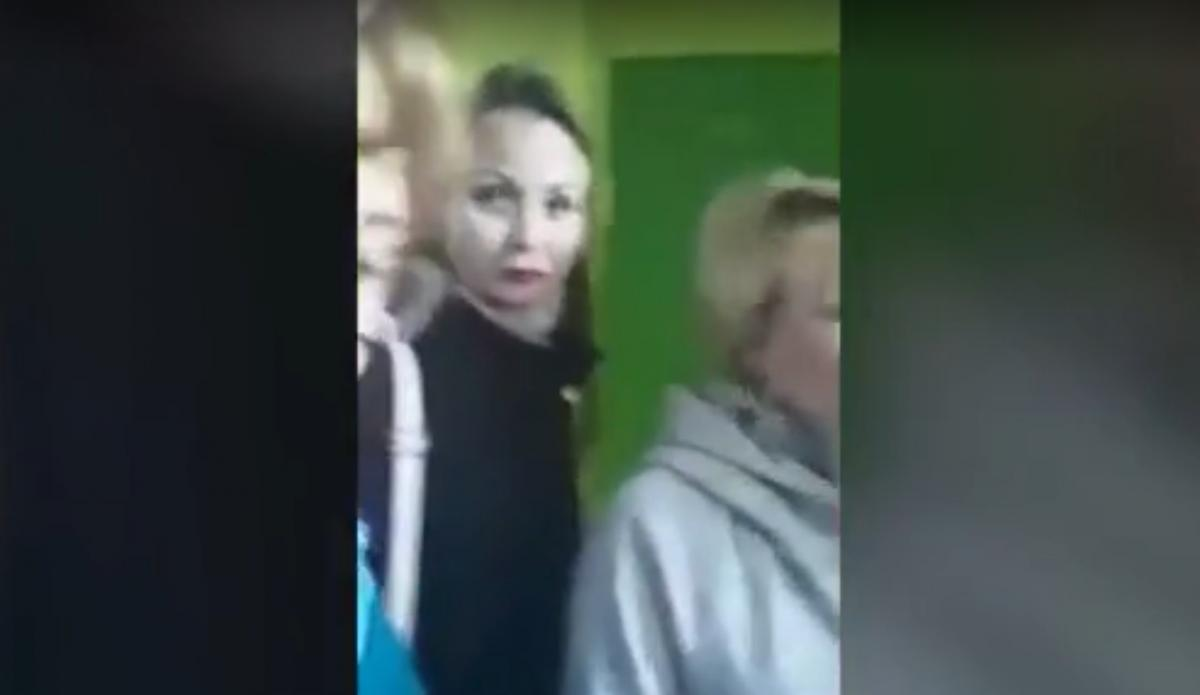 К школьнику домой пришли учителя и завуч/ скриншот из видео