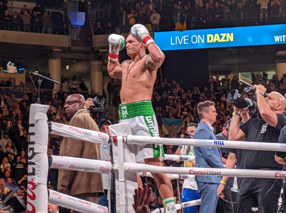 Александр Усик завершил бой досрочной победой / фото: twitter.com/MatchroomBoxing