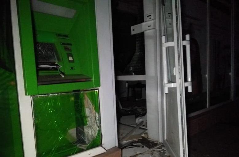 Неизвестные взорвали банкомат, но разжиться деньгами не получилось / фото: полиция Киева
