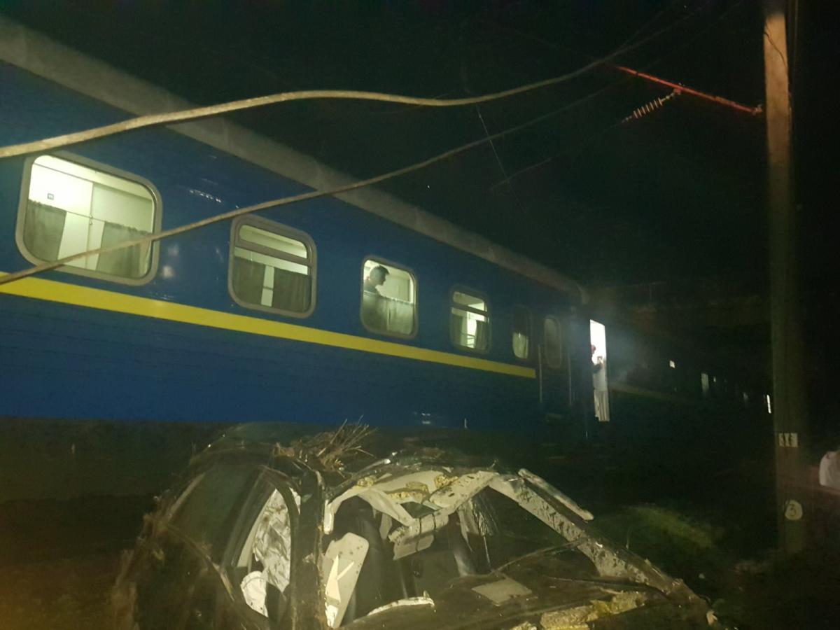 Внаслідок підіння авто розтрощилося / фото: kr.dsns.gov.ua