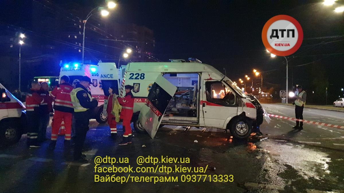 По словам свидетелей, водитель скорой включил сирену за несколько секунд до удара / фото dtp.kiev.ua
