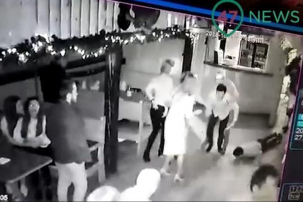Незадоволений чоловік вдарив ножем діджея в серце/ Фото: скріншот відео