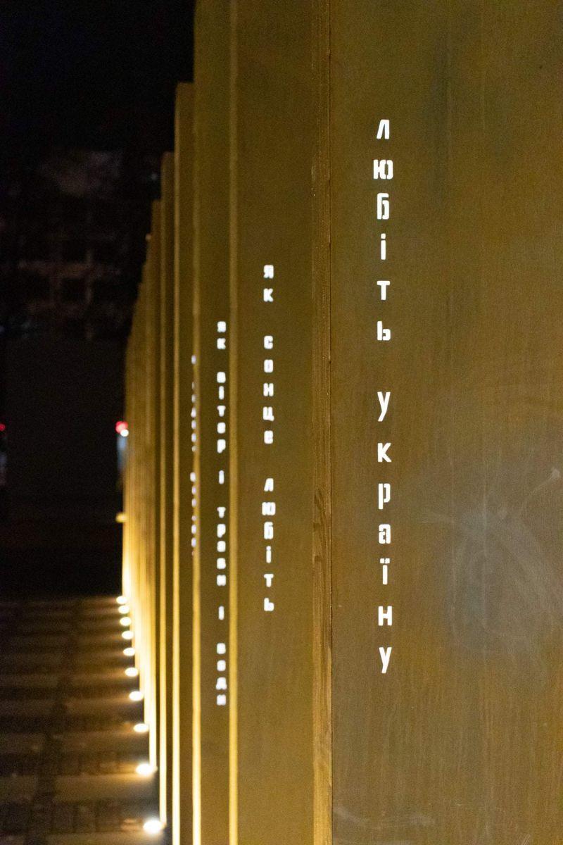 Вночі пам'ятник підсвічується / фото Ivan Ponomarenko/Facebook